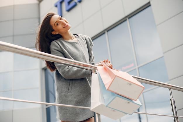 Leuk meisje met boodschappentas in een stad
