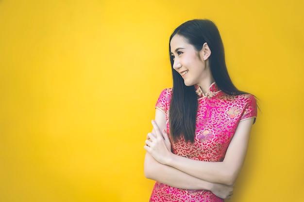 Leuk meisje met cheongsam traditionele chinese kleding