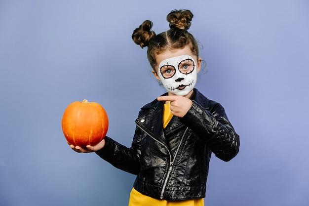 Leuk meisje met enge make-up voor halloween