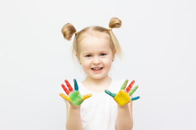 Leuk meisje met geschilderde handen. geïsoleerd op witte achtergrond. banner kopie ruimte
