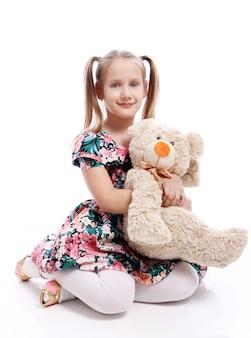 Leuk meisje met haar teddybeer