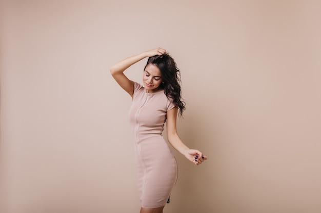 Leuk meisje met kuiltjes in wangen die haar spelen. slanke elegante dame in prachtige jurk beweegt