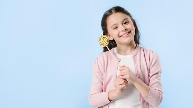 Leuk meisje met lolly in studio
