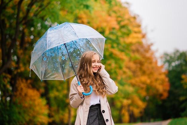 Leuk meisje met paraplu. weersvoorspelling conceptie