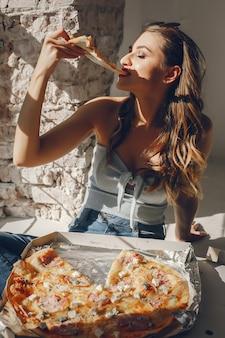 Leuk meisje met pizza