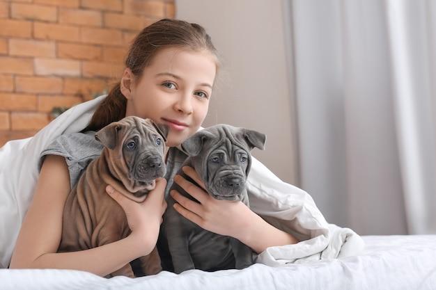 Leuk meisje met puppy's thuis at