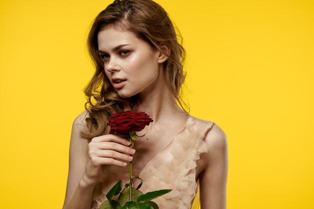 Leuk meisje met rode roos op gele ruimte bijgesneden weergave van emotiemodel.