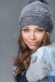 Leuk meisje met sneeuwvlokken die een goede tijd hebben