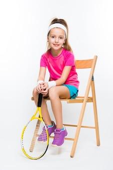 Leuk meisje met tennisracket in haar handenwit
