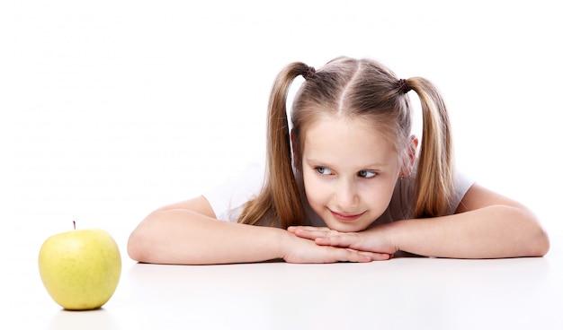 Leuk meisje met verse appel