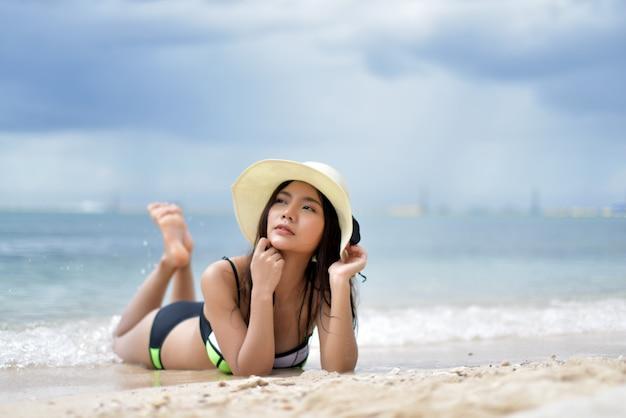 Leuk meisje ontspannen op het strand. gelukkig eiland levensstijl. wit zand, vakantie in het paradijs.