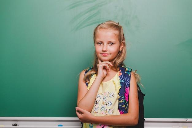 Leuk meisje op schoolbord