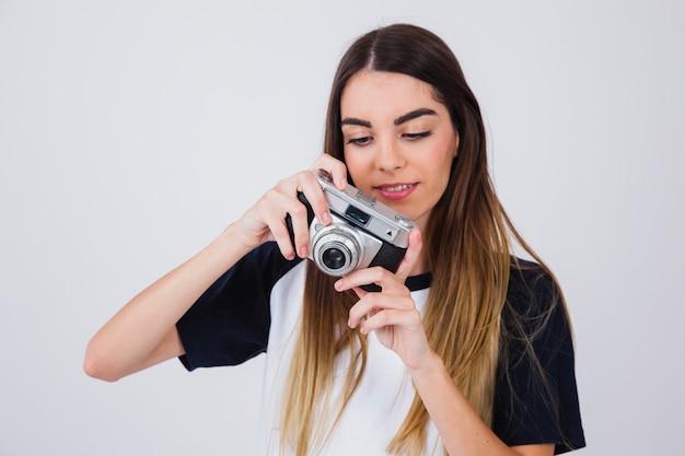 Leuk meisje op zoek naar foto's