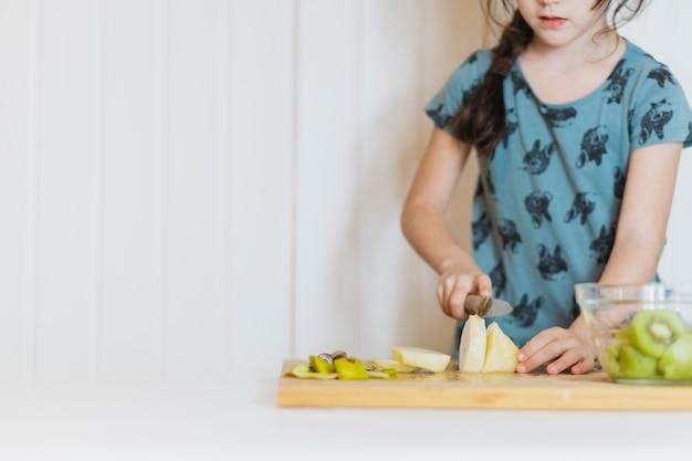 Leuk meisje peren snijden