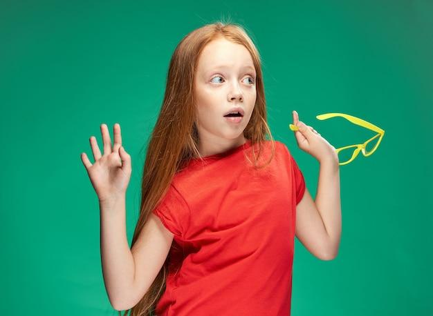Leuk meisje rood haar emoties leren school groene achtergrond