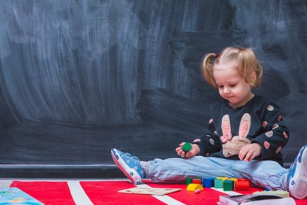 Leuk meisje spelen met speelgoed