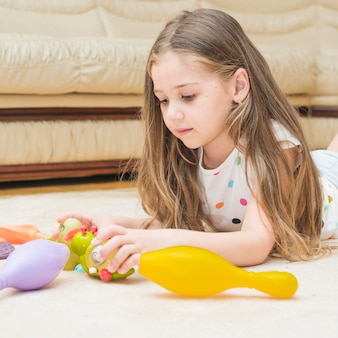 Leuk meisje thuis spelen met speelgoed