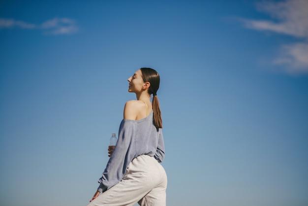 Leuk meisje training op blauwe hemel