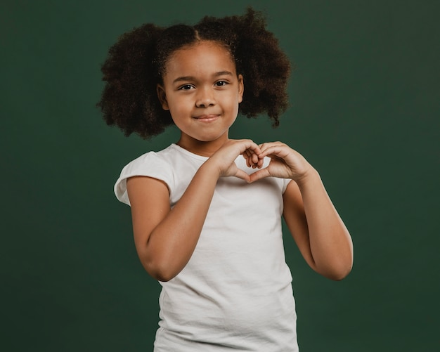 Leuk meisjeskind dat een hartvorm maakt