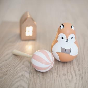 Leuk milieuvriendelijk houten speelgoed voor pasgeboren baby