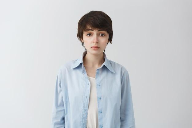 Leuk moe meisje wildzang, niet-binaire persoon op zoek met gefrustreerde uitdrukking