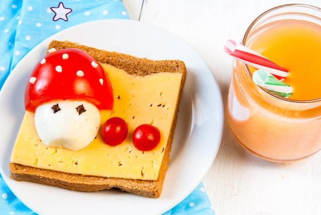 Leuk ontbijt voor kind. grappige sandwich