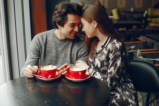 Leuk paar brengt tijd door in een café