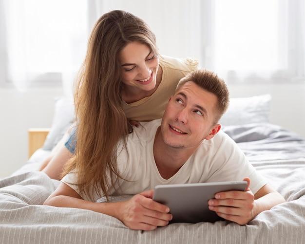 Leuk paar dat een tablet bekijkt