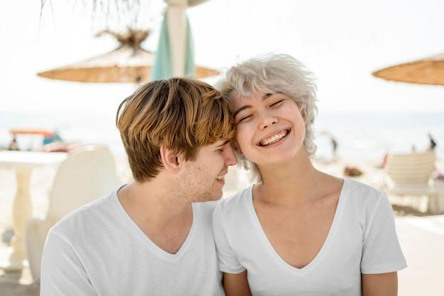 Leuk paar dat en samen van hun tijd glimlacht geniet