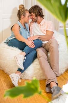 Leuk paar dat veel liefs elkaar in de woonkamer bekijkt