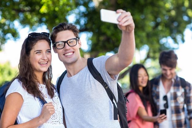 Leuk paar die selfie buiten nemen