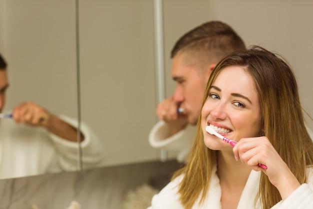 Leuk paar hun tanden poetsen