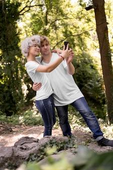 Leuk paar in het park dat samen een selfie neemt
