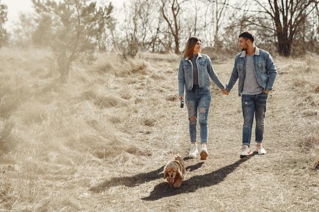 Leuk paar in jeanskleren in een de lentegebied