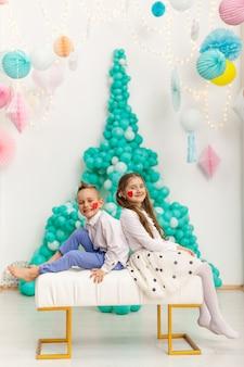 Leuk paar kinderen met ballonnen. valentijnsdag en liefde concept, studio-opname
