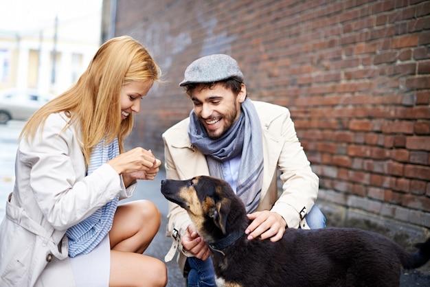 Leuk paar met hun hond op straat