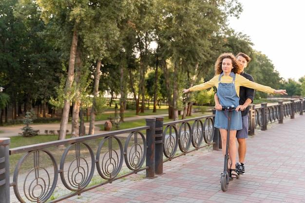 Leuk paar samen scooter rijden