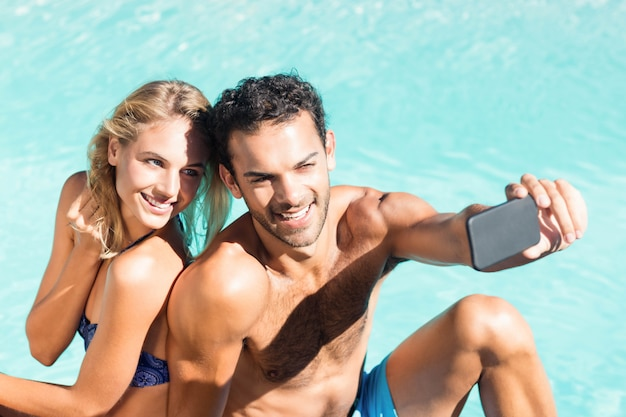 Leuk paar selfie nemen bij het zwembad