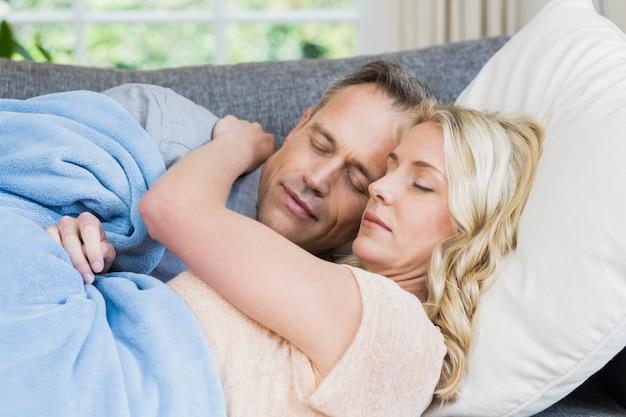 Leuk paar slapen op de bank in de woonkamer