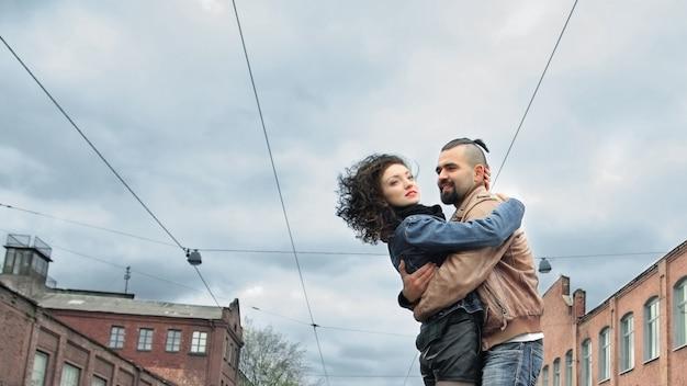 Leuk paar verliefd knuffelen staande op straat van de stad