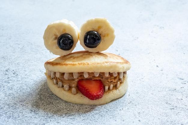 Leuk pannekoekmonster met banaanogen en zonnebloempitten tand