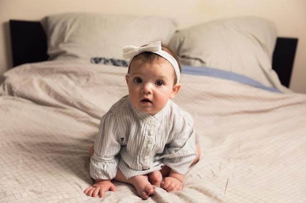 Leuk pasgeboren meisje dat op het bed ligt
