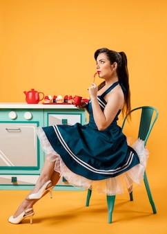 Leuk pinupmeisje in de keuken