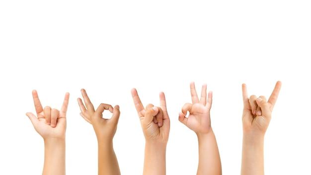 Leuk, rock, goed. kinderen handen gebaren geïsoleerd op een witte studio achtergrond, copyspace voor advertentie. menigte van kinderen gebaren. concept van kindertijd, onderwijs, voorschoolse en schooltijd. tekenen en zintuigen.