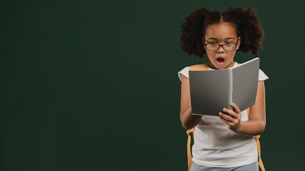 Leuk schoolmeisje dat haar aantekeningen leest