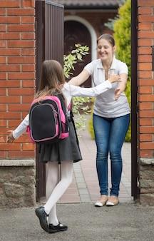 Leuk schoolmeisje dat naar haar moeder rent en na school op haar wacht