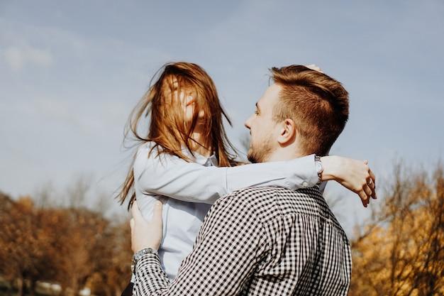 Leuk stel dat plezier heeft in het herfstpark - selectieve focus. liefde concept