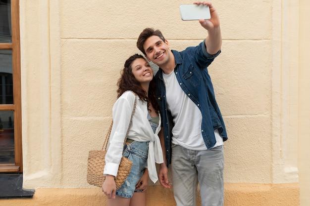 Leuk stel dat samen een selfie maakt