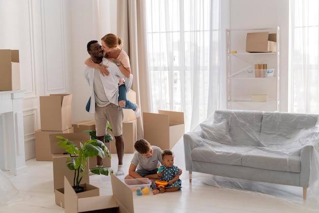 Leuk stel dat zich klaarmaakt om met hun kinderen te verhuizen