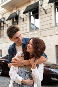Leuk stel met een date buitenshuis
